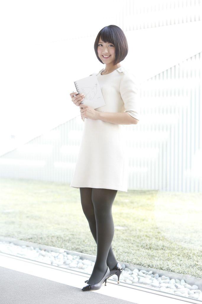 白いワンピースを着た竹内由恵